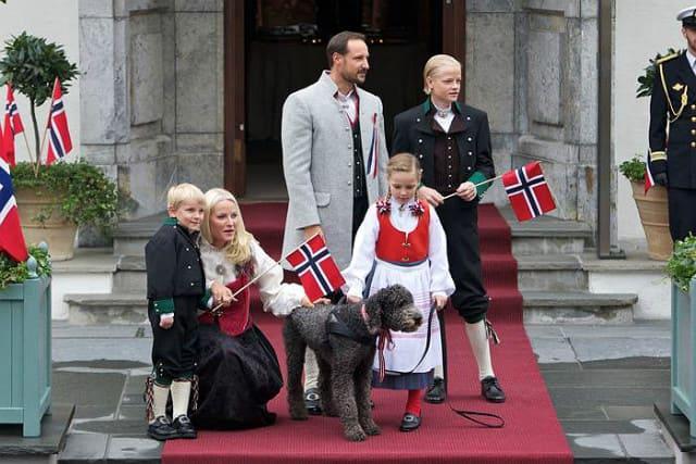 Принц Хокон с семьей и собакой