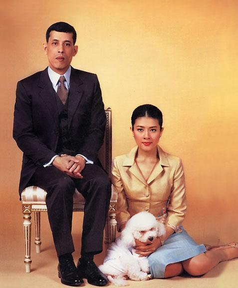 Маха Вачиралонгкорн с супругой и пуделем
