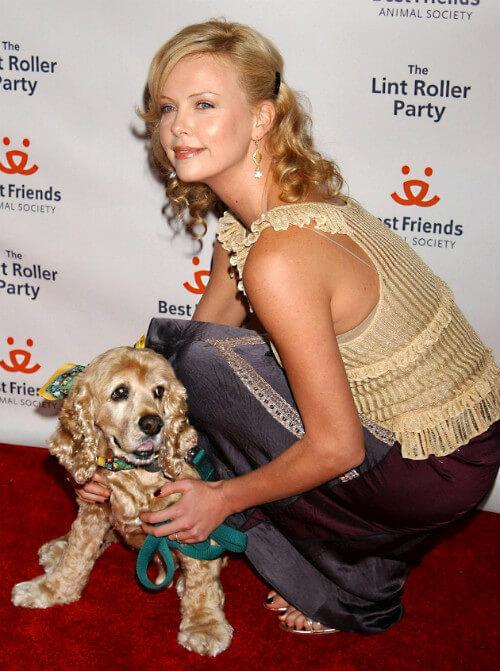 Шарлиз Терон с собакой